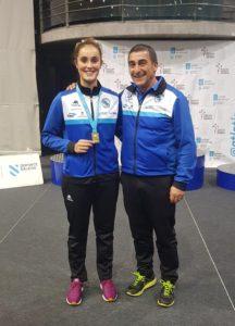 Andrea González posa con su medalla de oro obtenida en lanzamiento de peso