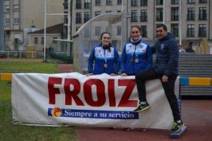 Santiago Ferrer con dos de sus pupilas, Claudia Puig y Andrea González